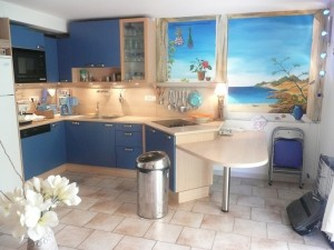 Vue de la cuisine de l'appartement BLEU