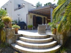 Vue de la terrasse avec barbecue de l'appartement BLEU