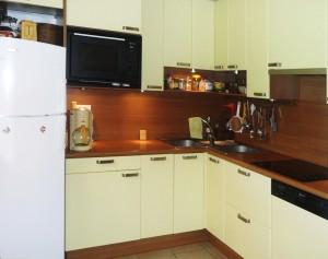 Vue de la cuisine de l'appartement JAUNE